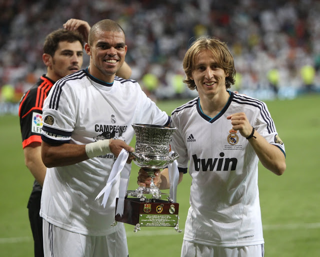 pepe modric con la copa supercopa 2012 real madrid campeon