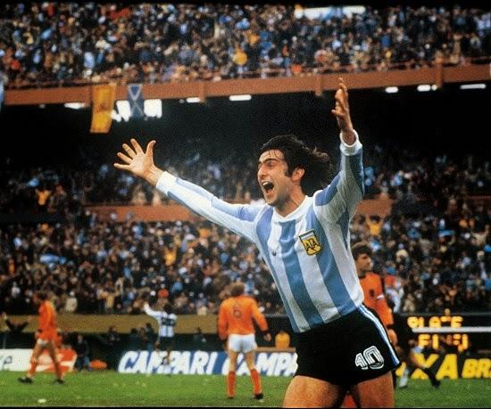 Mario Kempes festeja su gol ante Holanda en la final de Argentina 78
