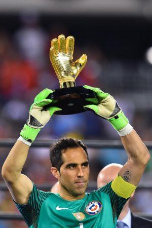 claudio bravo guante oro copa america 2016