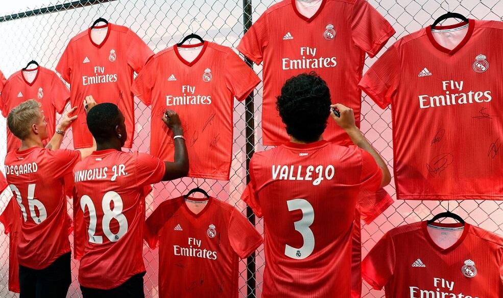 5eb1cff5156dc Producto disponible en Amazon.es. 1ª Equipación Real Madrid ...