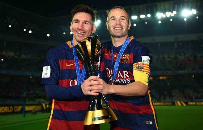 messi e iniesta con la copa del mundial de clubes